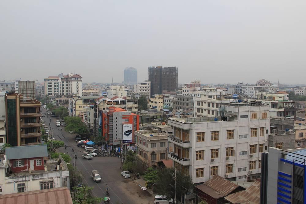 Вид на Мандалай с верхнего этажа нашего отеля. Не очень романтично. Лучше селиться в Сагайне