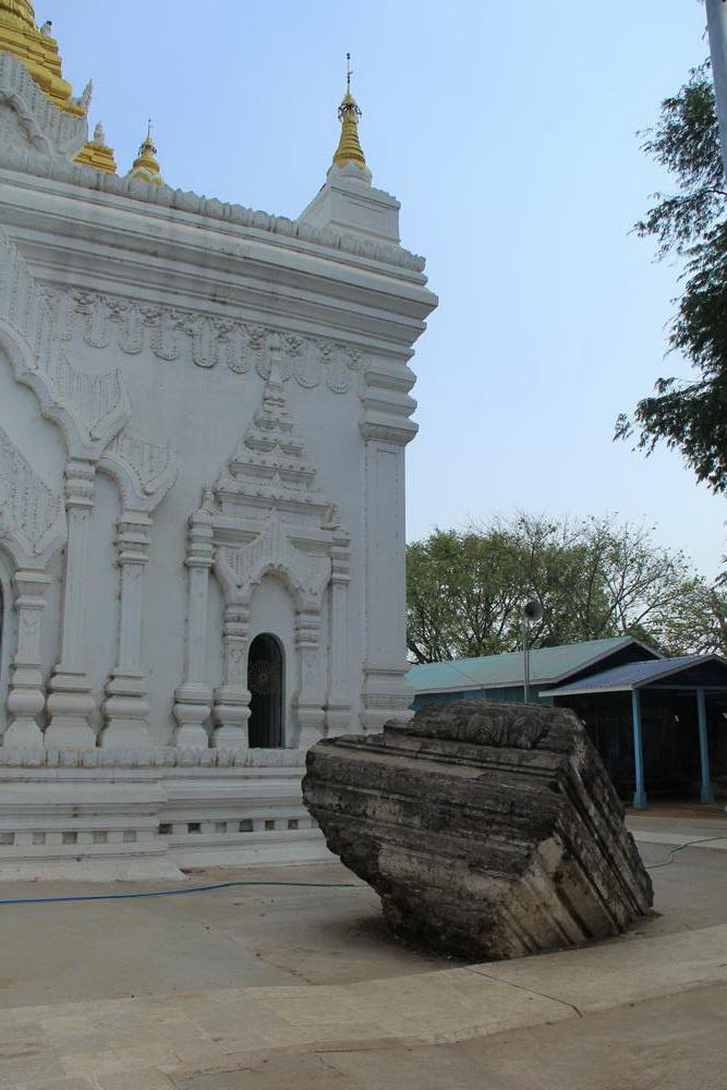 Перед пагодой Сатовьяр лежит один из кусков от львов или Мингуна, разбросанных землетрясением