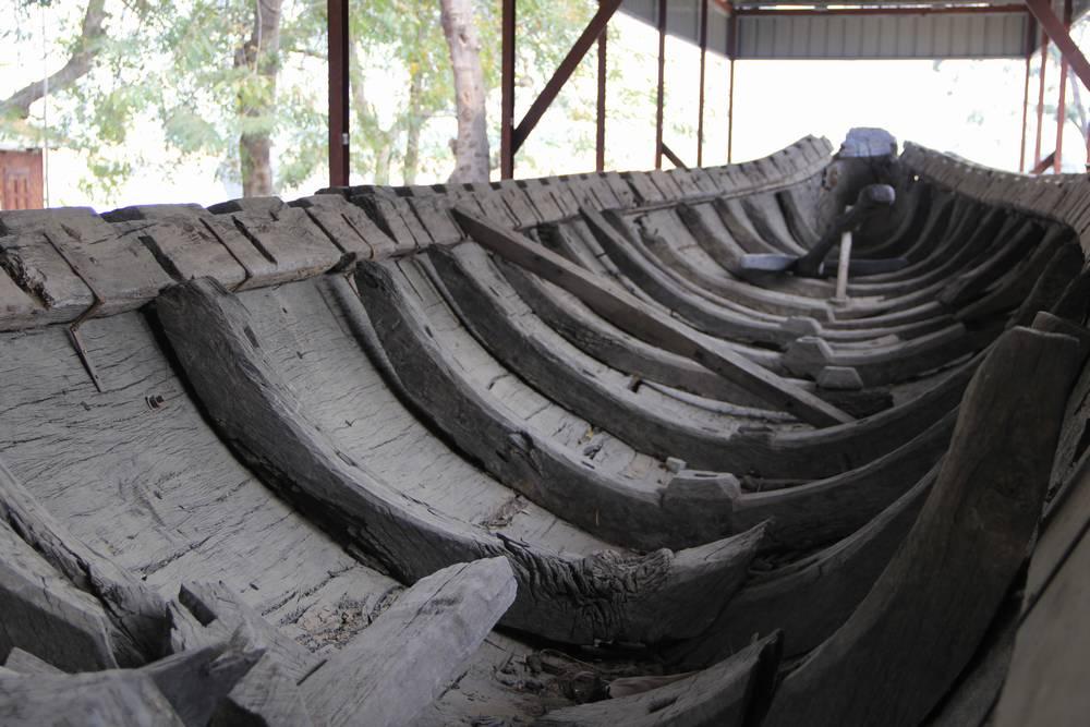 А вот и гигантская лодка. В Мингуне все гигантское!
