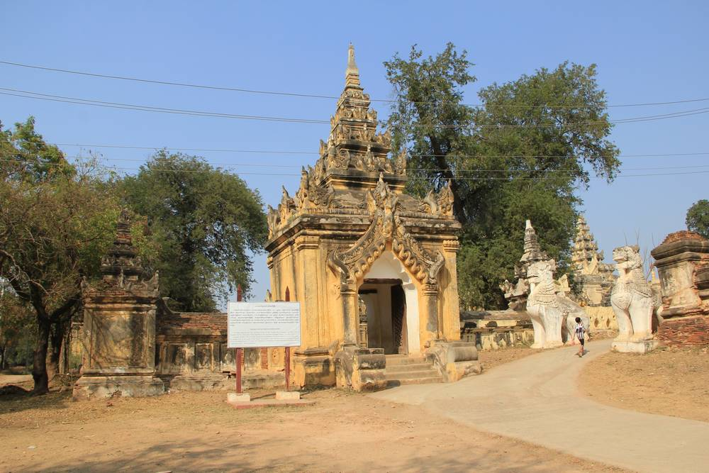 Ава, вход на территорию монастыря