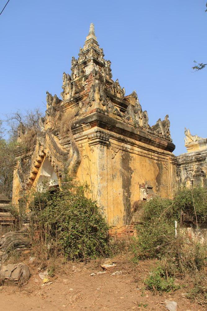 Входные ворота монастыря в Иньве