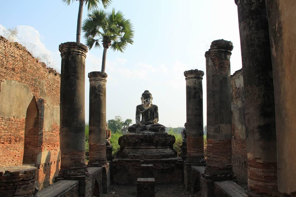 статуя будды в древнем храме