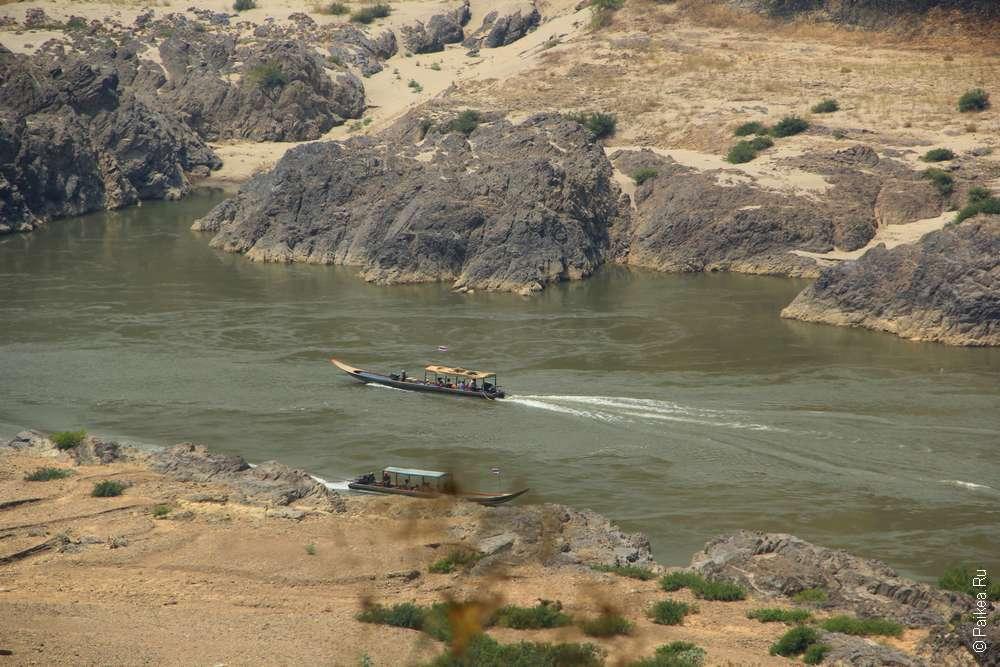 Лодка на река Салуин