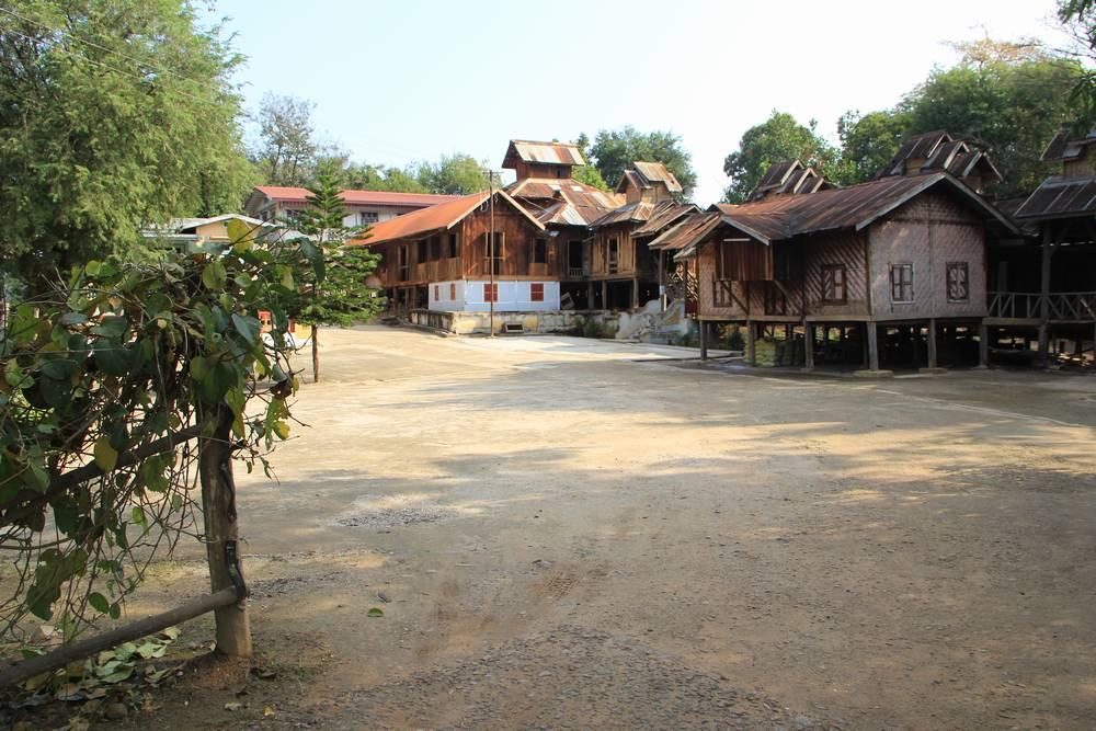 храмовый дворик в Мьянме