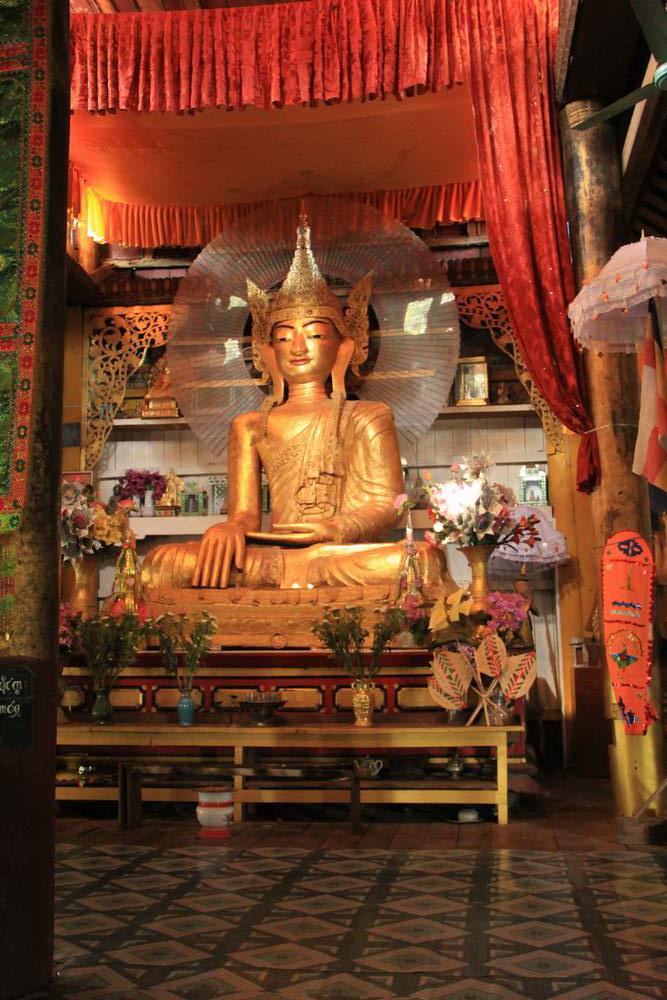 статуя будды из бамбука