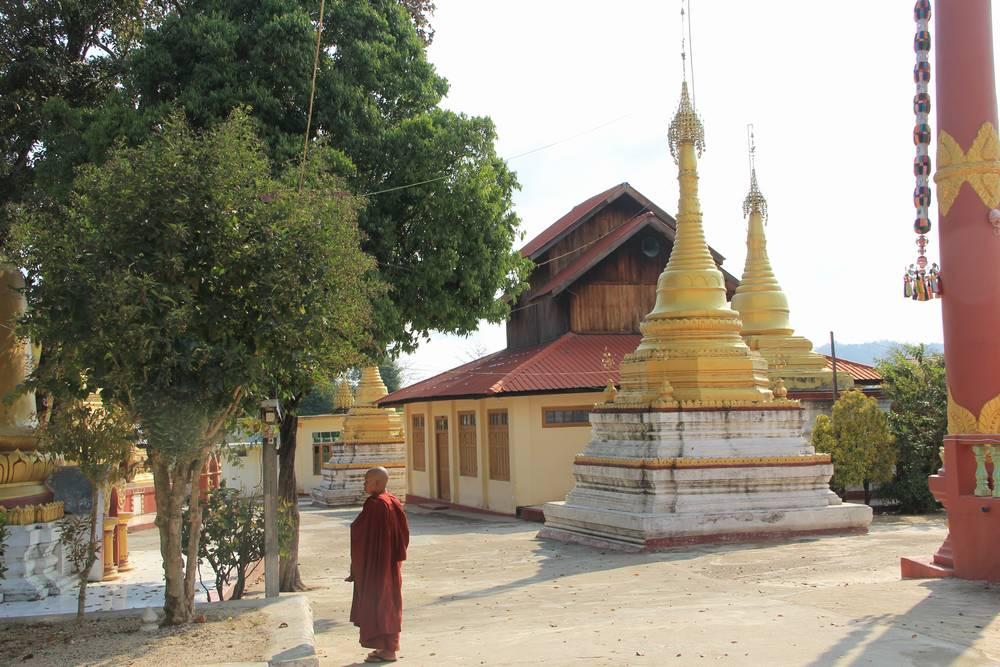 монах в буддистском монастыре