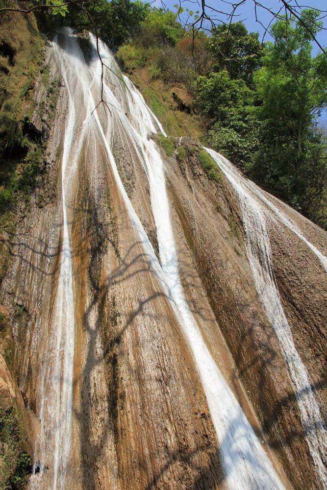 потоки воды устремляются вниз