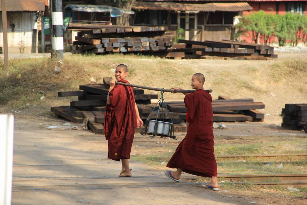 Монахи дружелюбно улыбаются
