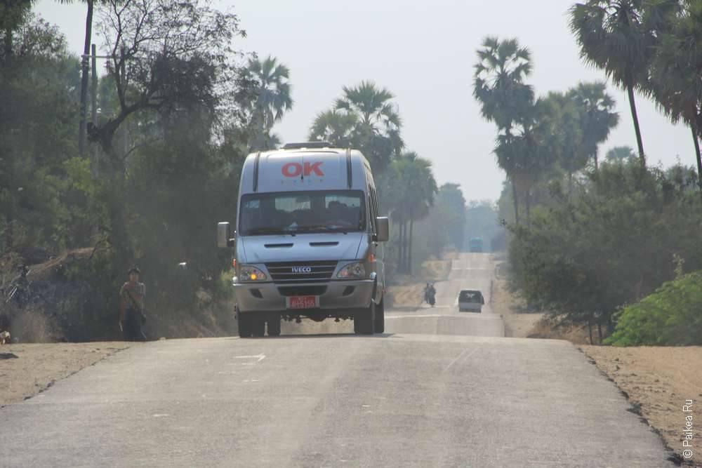 Минибас на дороге в Мьянме