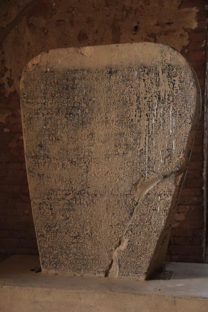 Древний камень с буддистскими учениями