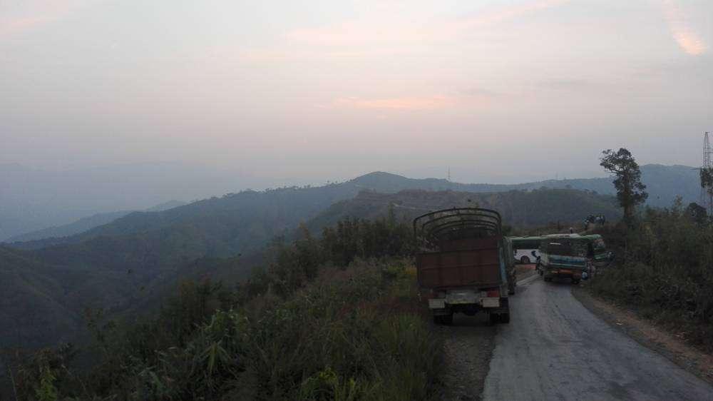 рассвет в горах на дороге