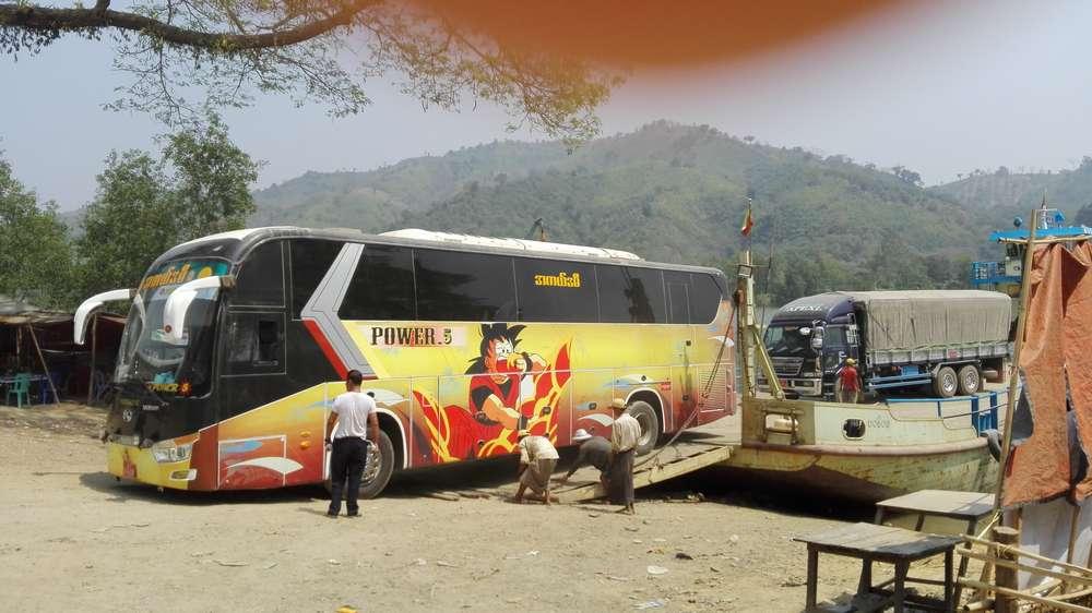 автобус заезжает на паром