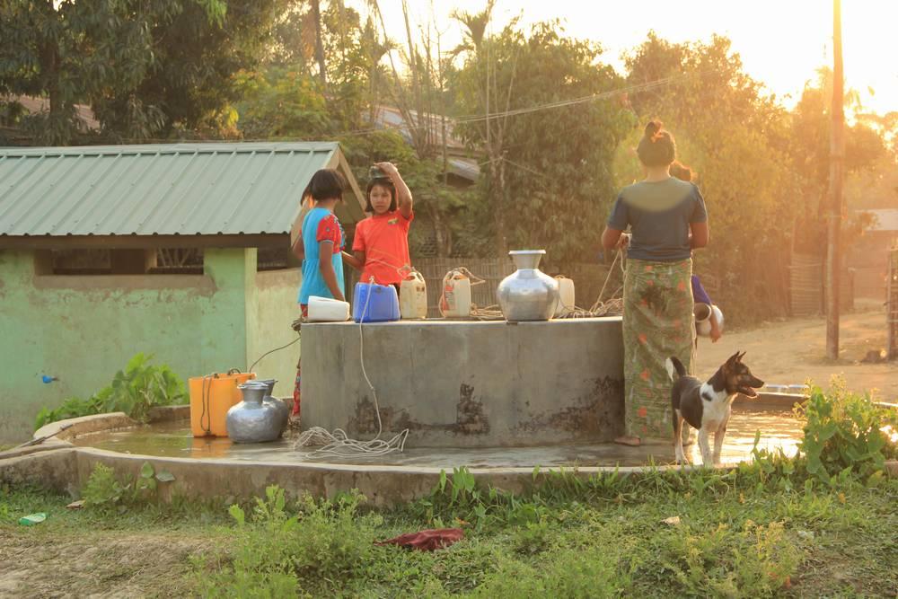 Вода в кувшинах в Мьянме