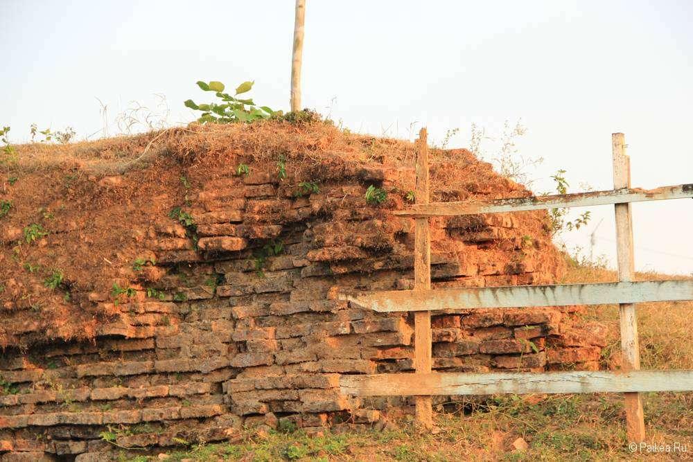 Забор подпирает историческую кладку