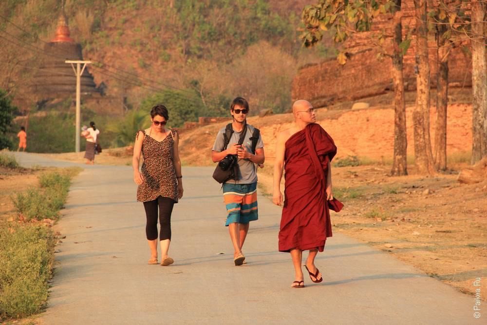 Люди и монах в Мьянме