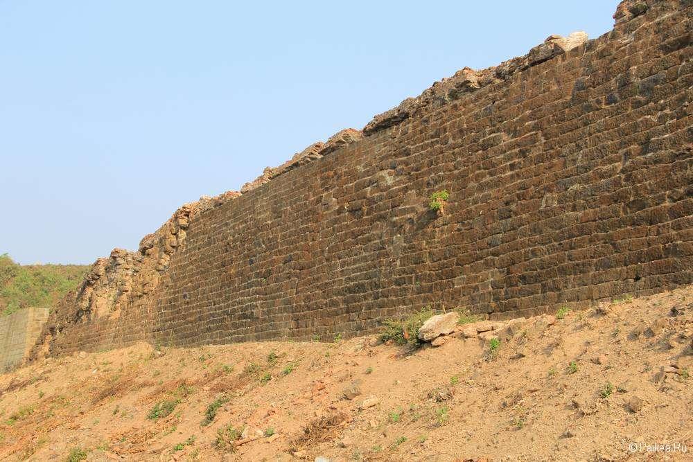 Разрушенная стена вокруг Мраук-У