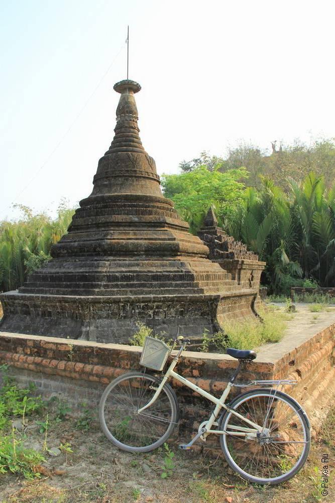 Велосипед около ступы в Мьянме