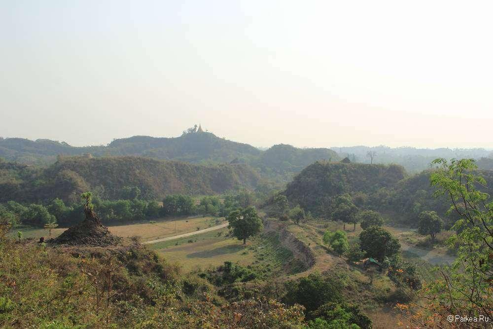 Вид на историческую стену с холма в Мраук-У