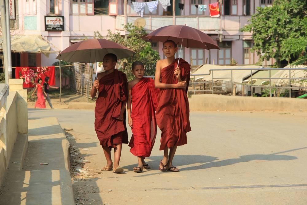 Мальчики-монахи в Мьянме
