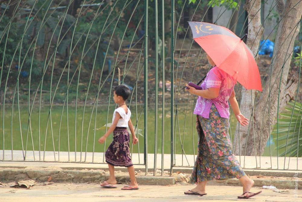 Женщина и девочку прогуливаются по Янгону