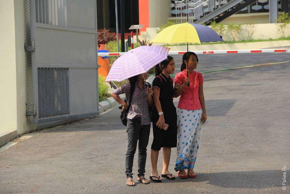 Девочки под зонтиками в Янгоне