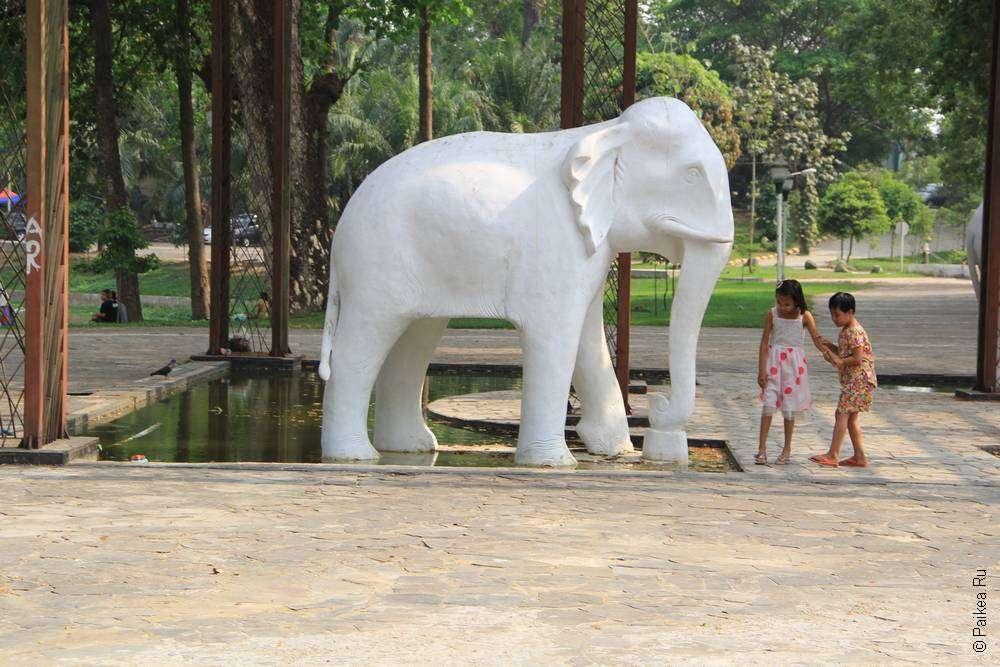 Белый слон и дети в Янгоне