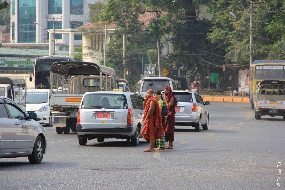 Монахи переходят дорогу в Янгоне