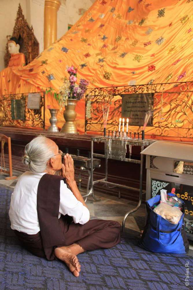 Стурашка молится Будде в Шведагоне