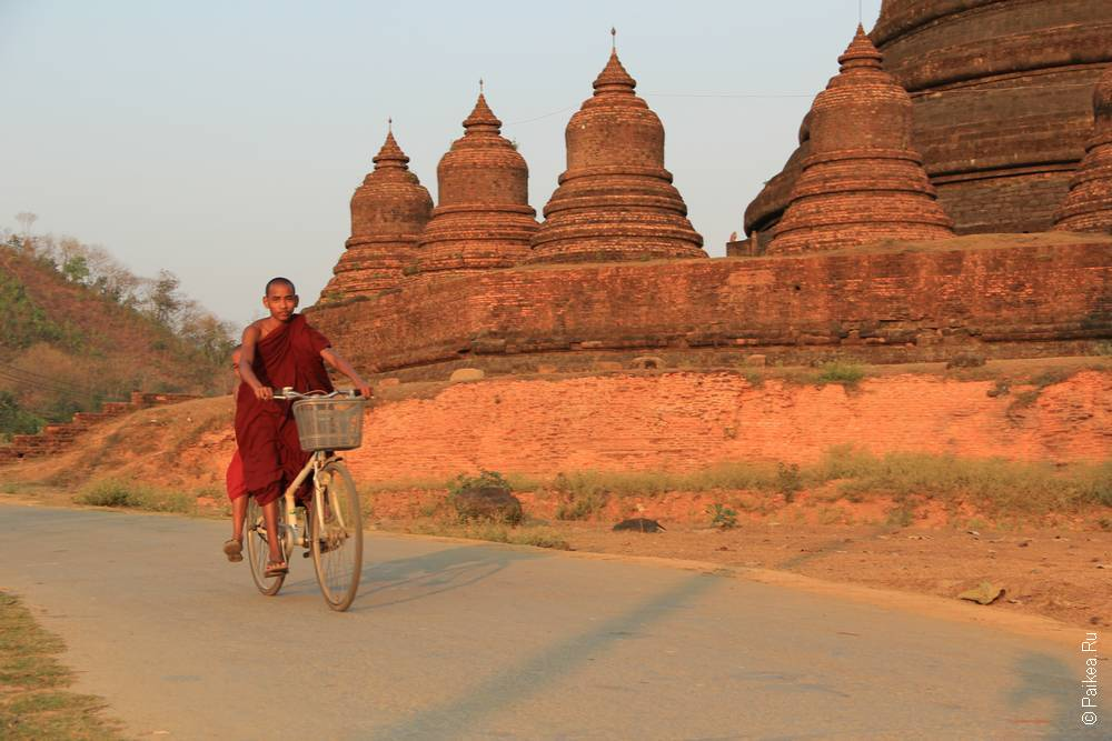 Монах на велосипеде в Мьянме