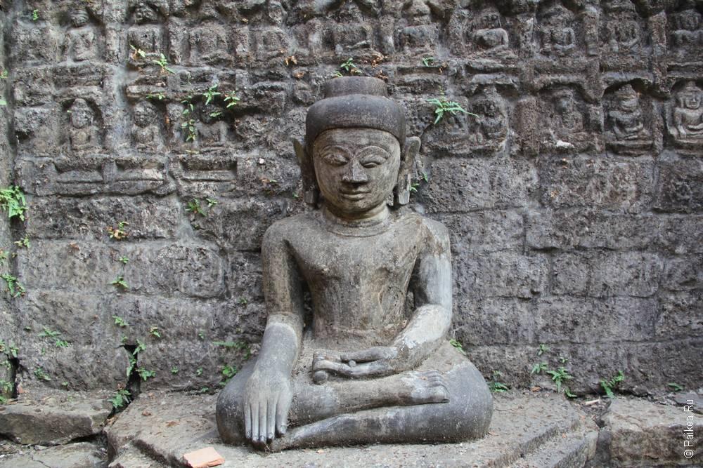 Статуя сидящего Будды в Мраук-У
