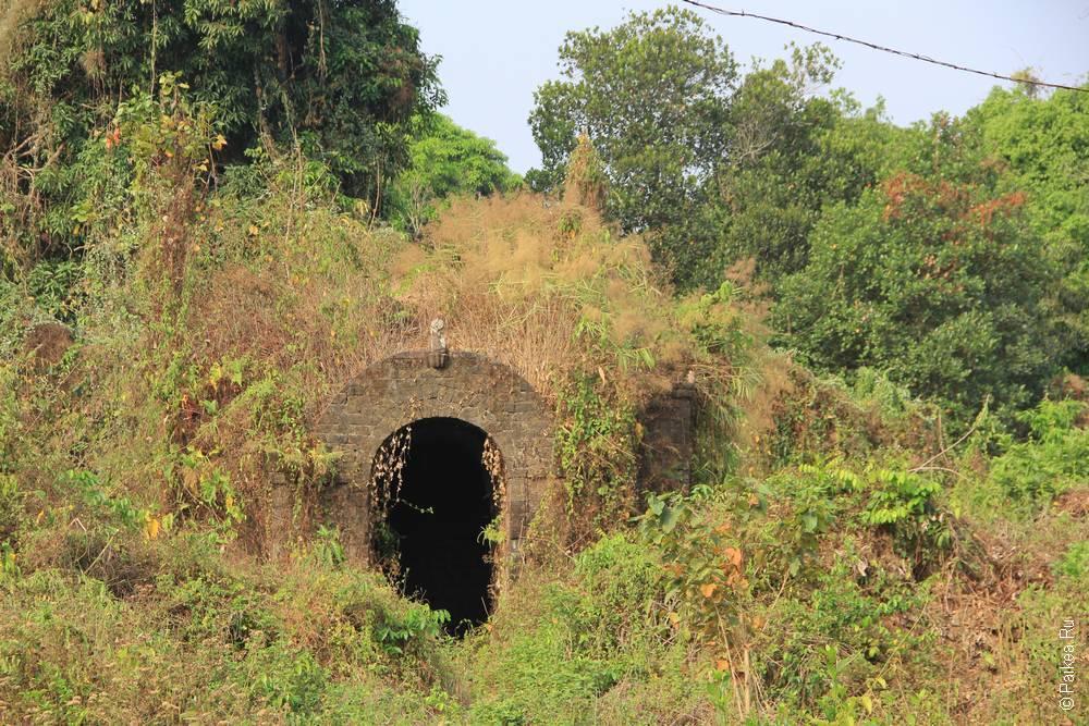 Заросший вход в Мраук-У Мьянма