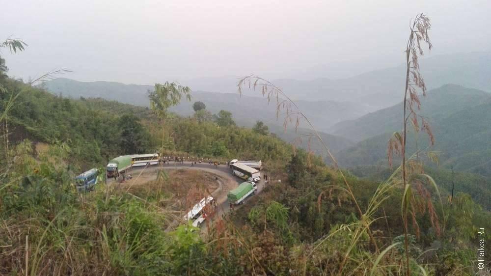 Поворот дороги в горах Мьянмы