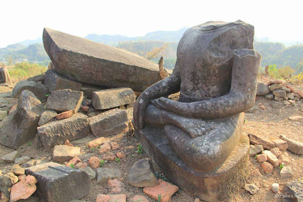 Статуя Будды на фоне мегалита
