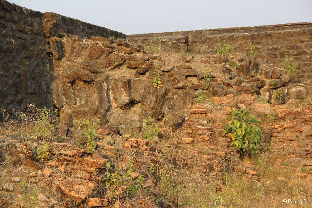 Разрушенная стена в Мраук-У