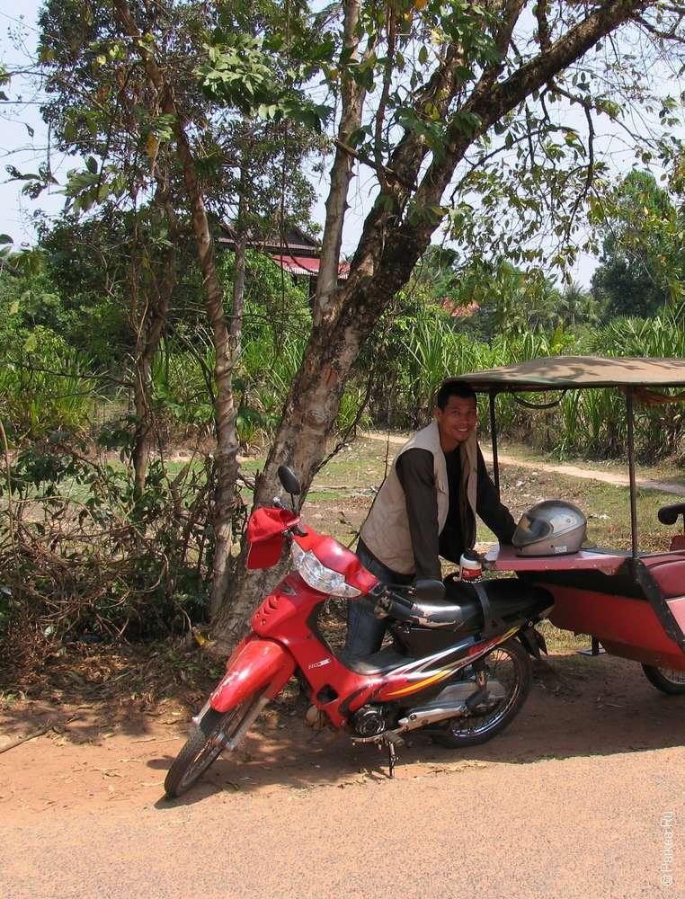 Водитель тук-тука на дороге в Сием-Рипе