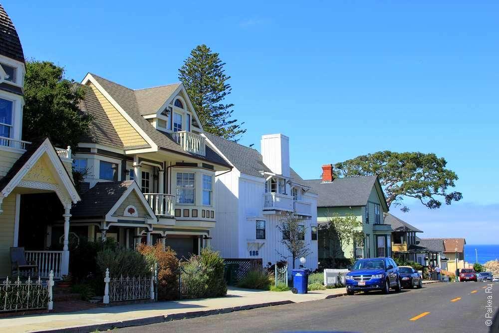 Улица с домами в викторианском стиле
