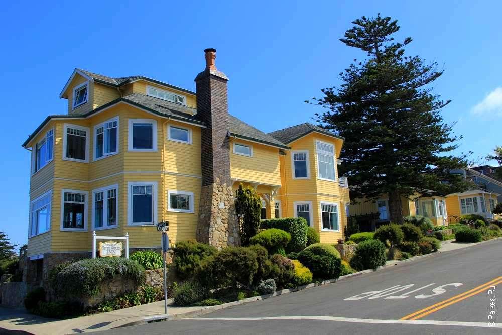 Двухэтажный желтый дом с трубой