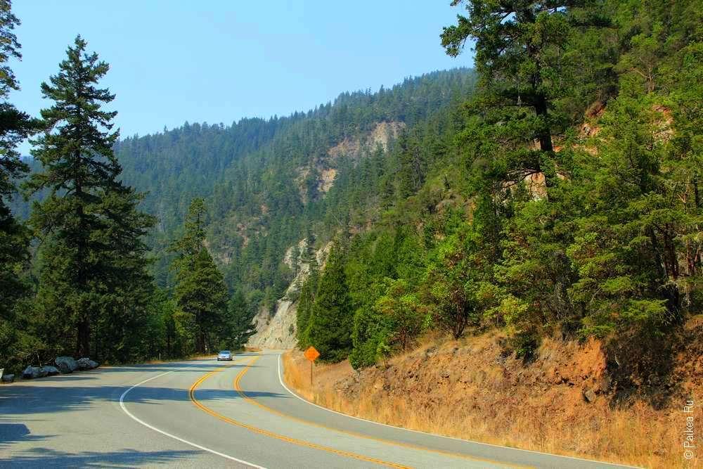 Дорога петляет в горах