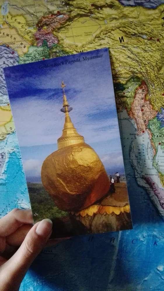 Открытка с изображением Золотого камня на фоне карты мира