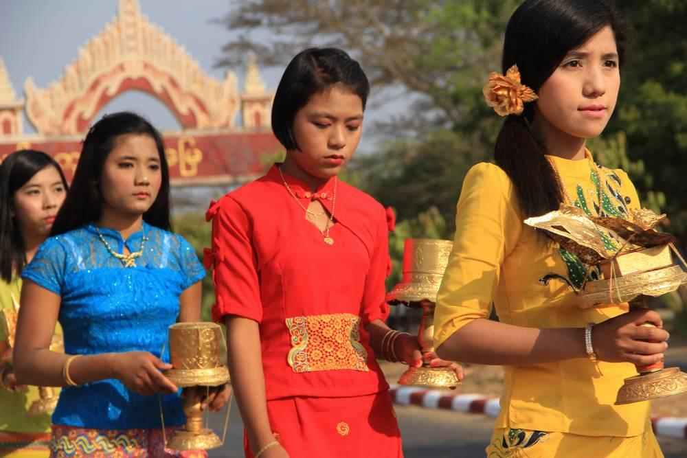 Девушки в процессии в Багане Мьянма