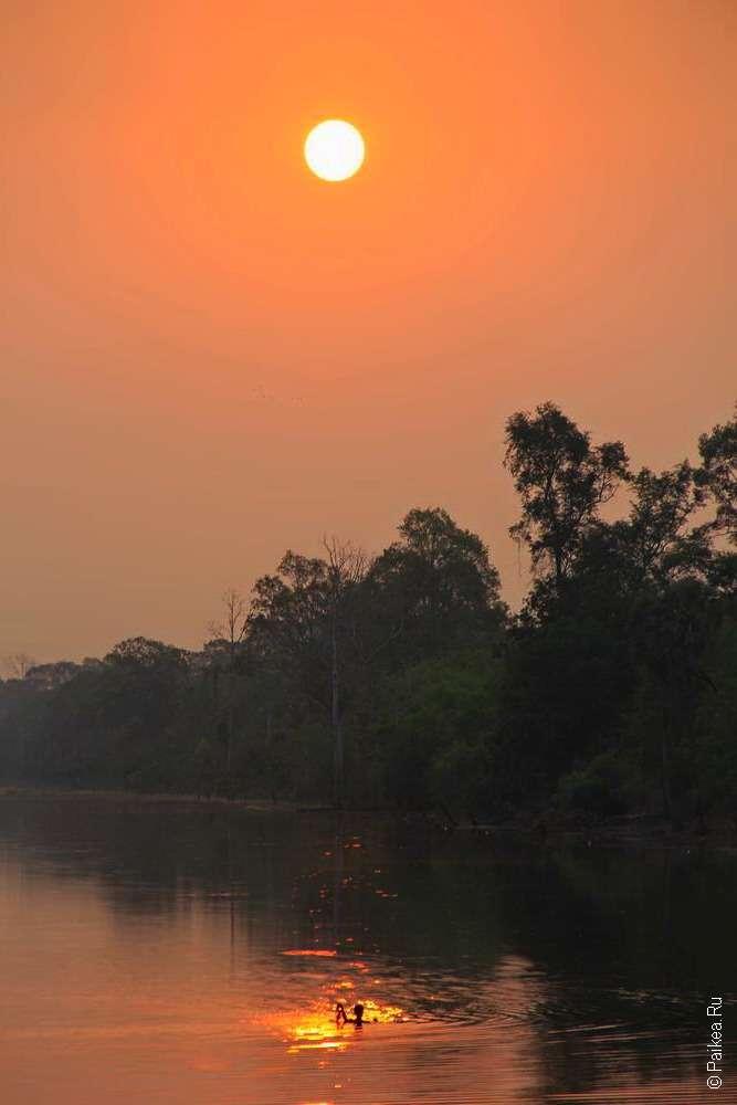 Рассвет на реке в Камбодже