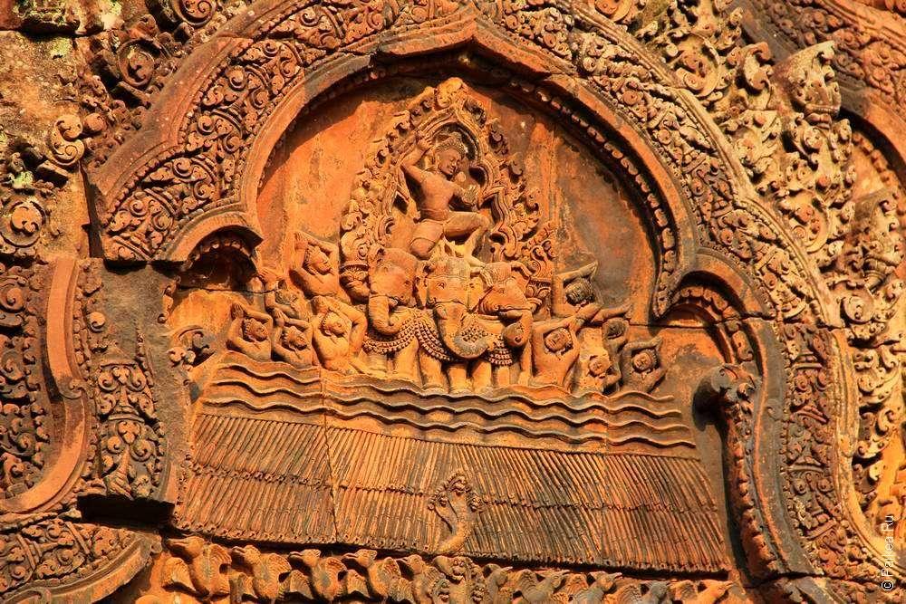 Бантей Срей украшают сцены из индийской мифологии
