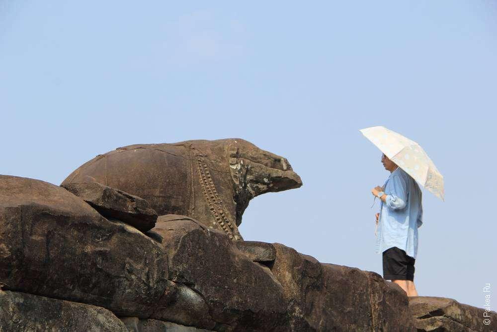 Человек под зонтиком и статуя