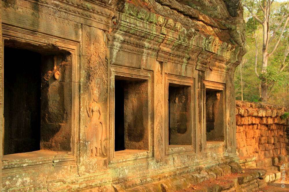 храмовая галерея Ангкор Ват с окнами
