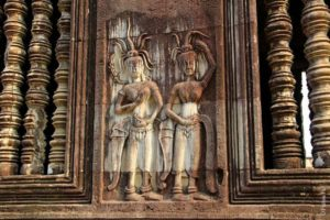 Апсары на барельефе в Камбодже