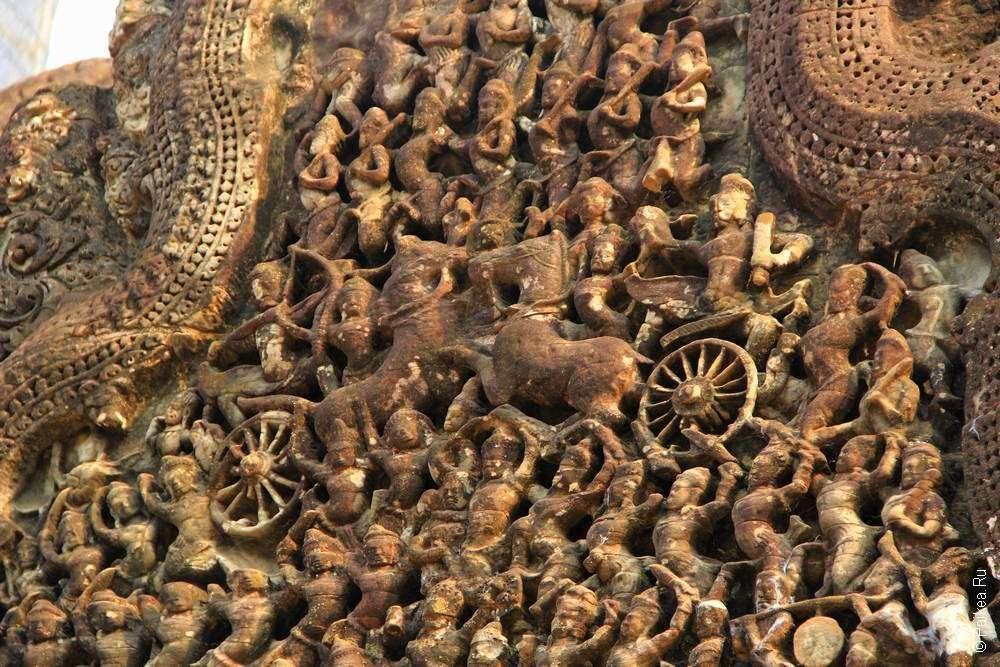 Каменные колесницы на фронтоне Ангкор Ват