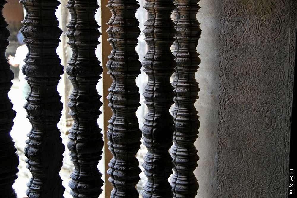 Рельефные окна в кхмерском храме