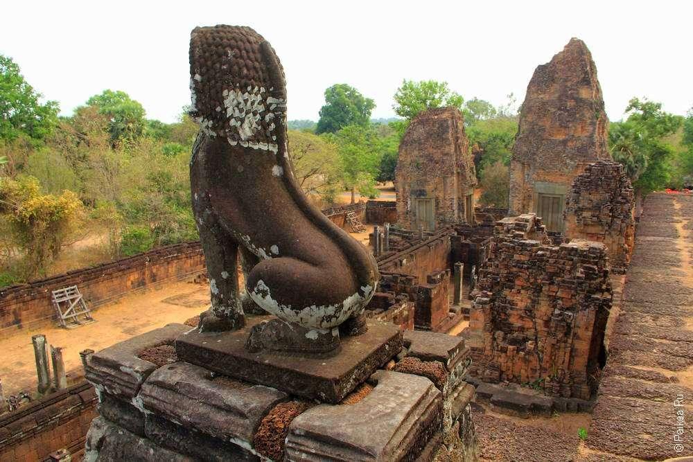 Львы - обязательная детали кхмерской архитектуры