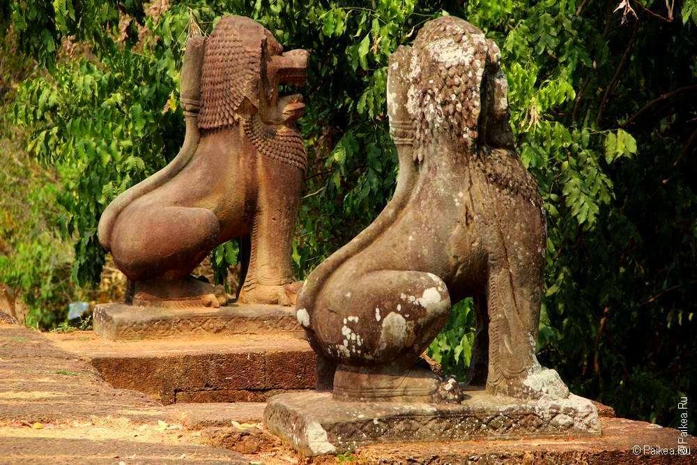 Статуи львов на террасе кхмерского храма