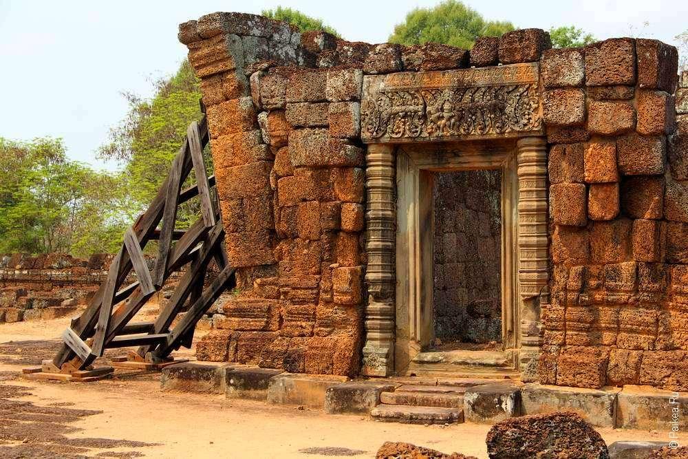 Стены камбоджийского храма проваливаются